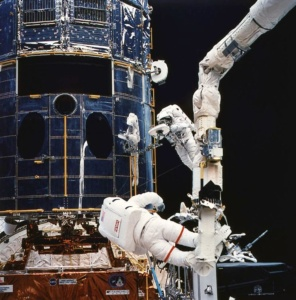 Astronauts servicing Hubble (NASA image)